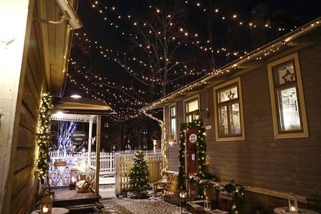 Joululahjojen etsinnän lisäksi Tallipihalla voi käydä vaikka kahvilla.