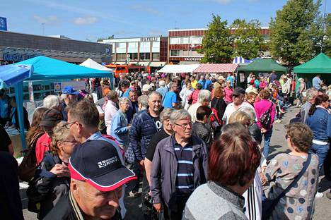 Vammalan tori täyttyi ihmisistä sunnuntaina, kun siellä järjestettiin Sastamalan kylämarkkinat.