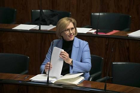 Työministeri Tuula Haataisen mukaan ravintoloiden tuen pitää vahvistaa työllisyyttä.