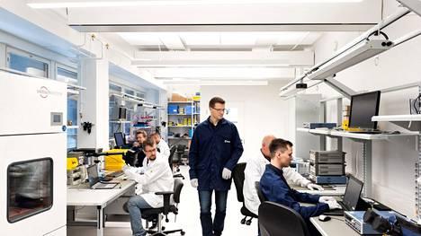 Saabin toimittamassa kuvassa näkyy Tampereen Tampellassa sijaitsevan teknologiakeskuksen työntekijöitä.
