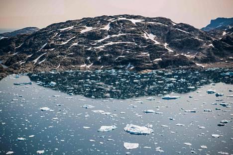 Elokuussa 2019 otetussa valokuvassa on Grönlannin itärannikon edustalla kelluvia jäälauttoja.