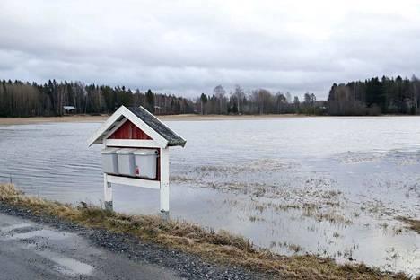 Kivimetsäntien pelto on muuttunut järveksi.