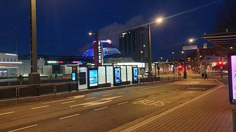 Lämpötila painui torstain vastaisena yönä pakkaselle Pirkanmaalla. Tampereen keskustassa viileä yö ja aamu näkyi muun muassa jäähileenä ratikkapysäkkien laseissa.
