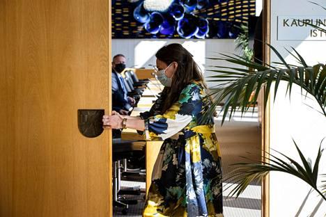 Kokoomuksen pormestariehdokas Anna-Kaisa Ikonen veti valtuustosalin oven kiinni, kun tapaaminen valtuustoryhmien edustajien kanssa alkoi maanantaina aamukymmeneltä. Ikonen aloitti pormestariohjelman tunnustelun viipymättä, kun sunnuntain vaalitulos nosti kokoomuksen voittajaksi Tampereella.