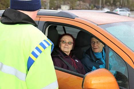 Leena ja Pentti Oravasaari saavat Joni Jokilammelta palautteen jarrutuskokeen jälkeen. Liukkaaseen mutkaan tullaan ensin neljääkymppiä, sitten nopeutta nostetaan ja koetetaan pitää auto yhä radalla.