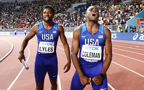 Noah Lyles (vas.) ja Coleman juhlivat Yhdysvaltojen pikaviestivoittoa.