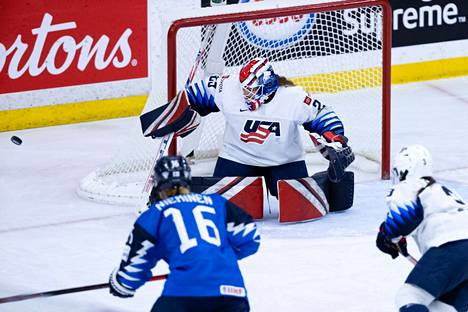 Nokialaislähtöinen jääkiekkotaituri Petra Nieminen pelaa MM-turnauksessa numerolla 16.