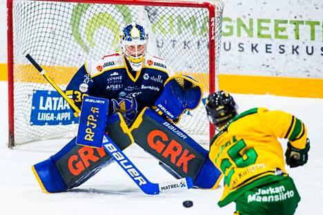 Muuri. Ilveksen pelaajat törmäsivät kerta toisensa jälkeen peräti 36 kertaa torjuneeseen Sami Rajaniemeen. Tässä jää kakkoseksi Antti Saarela.