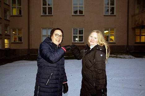 Huomisen terveyskeskus -hankkeen projektipäällikkö Johanna Hämäläinen (oik.) ja Hämeenlinnan avosairaanhoidon palveluesimies Anu Pöystilä ovat tyytyväisiä hankkeen aikana tehtyyn kehittämistyöhön ja maakunnallisen yhteistyön viriämiseen käytännön tasolla.