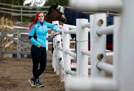 Luvialaisen Ratsastus Granifiq -tallin yrittäjä Pauliina Palin-Merisalo ei saanut viime viikolla useasta yrityksestä huolimatta ajoissa apua Vili-ponille, joka lopulta menehtyi sairastuttuaan.