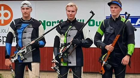 Mitalikolmikko M20-sarjassa: vasemmalta toiseksi tullut Mikko Helenius Nokian Seudun Ampujista, kisan voittanut Lauri Syrjä Asikkala Ampumaseurasta ja kolmanneksi sijoittunut Aleksi Kasi Isonkyrön Metsästys- ja Ampumaseurasta.