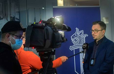 Rikoskomisario Marko Leponen vastasi toimittajien kysymyksiin Vastaamon tietomurtoon liittyvässä KRP:n tiedotustilaisuudessa sunnuntaina.