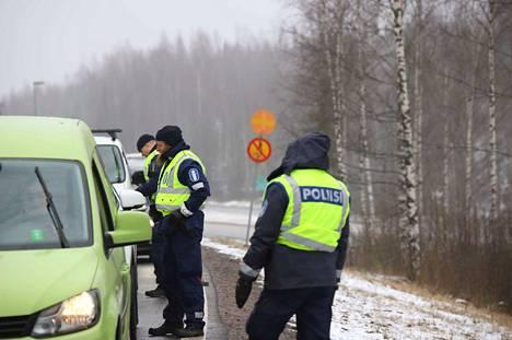 Poliisi tarkasti autoja Uudenmaan rajalla viimeistä päivää viime keskiviikkona. Eristys oli tarkoitus purkaa alkuperäisen suunnitelman mukaan vasta sunnuntaina.