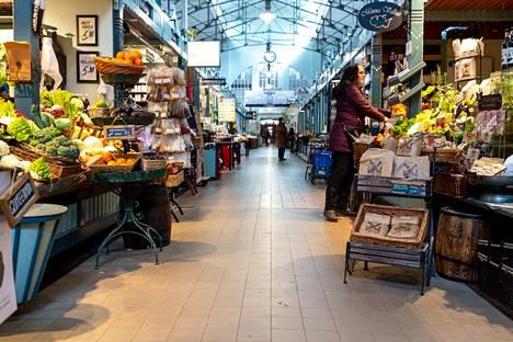 Kauppahallin käytävillä on paljon tilaa kulkea ja turvavälin pitäminen on helpompaa kuin marketissa.