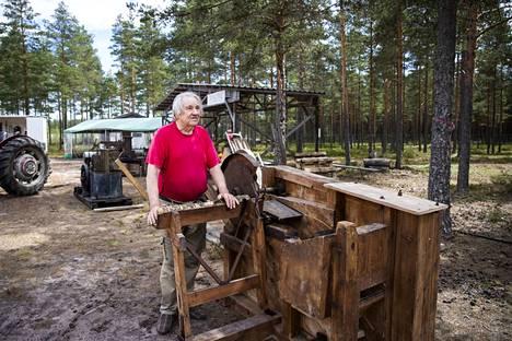 Hannu Mäkinen on kerännyt traktoreita ja vastannut Okran perinnepihan kasaamisesta. Kuvassa on pilkekone, jolla on tehty häköpönttöautoille polttoainetta.