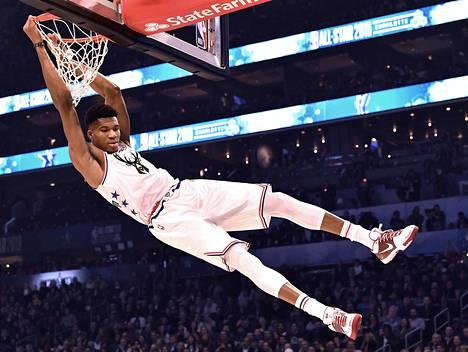 Giannis Antetokounmpo siirtyi NBA:han Kreikan kakkostasolta, täytenä raakileena. Hän on kasvanut Pohjois-Amerikassa useamman sentin ja saanut 24 lisäkiloa.