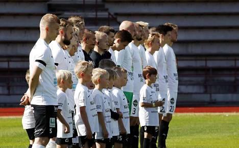 Hiljainen hetki. FC Jazzissa 5-vuotiaana jalkapalloilun aloittanut ja joukkueen kanssa 5. divisioonasta Ykköseen noussut Aleksi Nurminen saa kasvattajaseuraltaan oman muistohetken viikon kuluttua sunnuntaina, kun FC Jazz pelaa seuraavan kotiottelunsa. Nyt oli MuSan muistamisten aika.