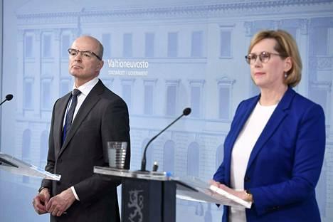 Työministeri Tuula Haatainen (sd.) kertoi keskiviikkona ravintoloiden tukemisesta. Paikalla tiedotustilaisuudessa oli myös työ- ja elinkeinoministeriön ylijohtaja Antti Neimala.