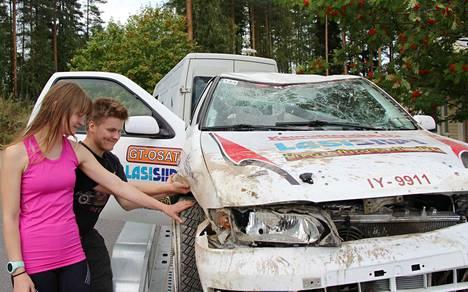 Henri Hakamäki ja hänen kartturinsa Henna Kauppinen tutkivat Nissanin vaurioita ulosajon jälkeen.