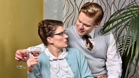 Tuomari Avovirran sihteerillä neiti Teräksellä ja Avovirran perheen pojalla Pertillä näyttäisi olevan hieman erilaiset käsitykset siitä, miten nainen vietellään.