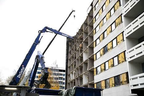Näsijärvenkadun ja Näsilinnankadun kulmassa sijaitsevaa 8-kerroksista kerrostaloa purettiin keskiviikkona 28. lokakuuta. Purettavien talojen tilalle aletaan alkuvuodesta rakentaa uusia asuinkerrostaloja.