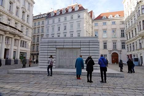 Wienissä on holokaustin muistomerkki, joka kunnioittaa 65000 murhatun Itävallan juutalaisen muistoa.