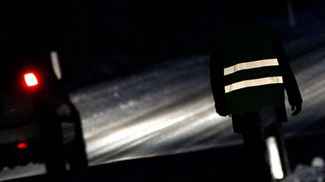 Heijastinliivi paljastaa jalankulkijan autoilijoille jopa satoja metrejä aikaisemmin kuin ilman heijastinta kulkevan jalankulkijan.