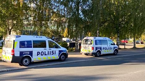 Tampereen keskustassa Nalkalankadun varrella oli kaksi poliisin ajoneuvoa maanantai-iltana.