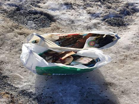 Vilja Alasorvari on kerännyt roskaa Lielahden ja Niemenrannan alueelta helmi–maaliskuussa. Seassa on myös lukuisia maskeja. Hän kertoo käyttävänsä keräämiseen keittiöpihtejä.