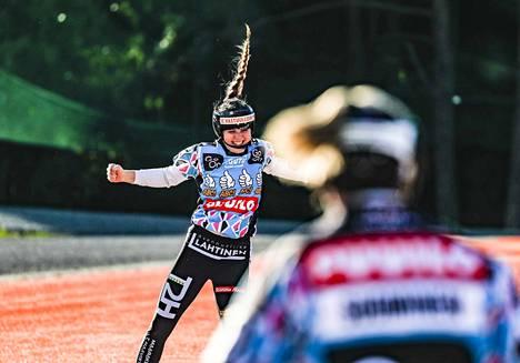 Aurora Frantsila iski kunnarin reilu viikko sitten,  ja ilmeestä näkee, että se vapautti. Lauantaina Joensuussa hän löi kaksi juoksua.