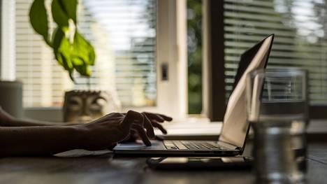 Osa työntekijöistä on kokenut, että etätyön tekeminen on parantanut heidän työhyvinvointiaan.