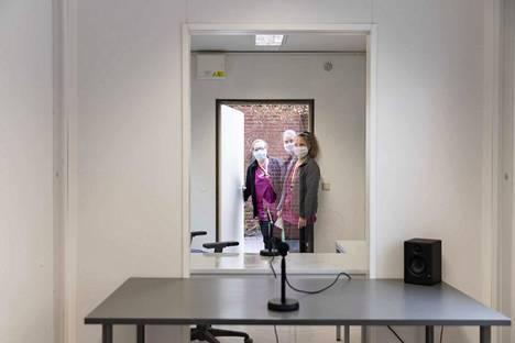Palvelukoti Wilhelmiinan hoitajat Maarit Asikainen (vasemmalla), Taina Sehm ja Sara Ulmonen tutustuivat konttiin. Kolmikko seisoo ovella, josta tilaan tuodaan palvelutalon asukkaat.