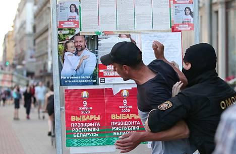 Valko-Venäjällä järjestetään presidentinvaalit sunnuntaina 9.8. Vaalien alla maassa on ollut levoton tunnelma. Kuvassa poliisi pidättää miehen kesken oppositiokannattajien järjestämää flashmobia lauantaina 8. elokuuta.