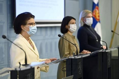 STM:n strategiajohtaja Liisa-Maria Voipio-Pulkki (vasemmalla), THL:n projektipäällikkö Anna Katz ja THL:n johtava asiantuntija Mia Kontio Sosiaali- ja terveysministeriön (STM) ja Terveyden ja hyvinvoinnin laitoksen (THL) koronavirustilannetta koskevassa tilannekatsauksessa Helsingissä 23. syyskuuta 2021.
