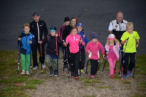 Pantterien hiihtokoulun kausi avattiin Korkeakankaalla. Tästä eteenpäin joukko hiipii paikalle aina keskiviikkoisin kello 18 tunnin mittaisiin harjoituksiin.