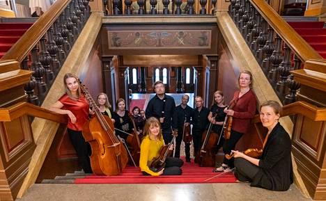 Pirkanmaan Barokki kuvattiin Tampereen Raatihuoneella, vaikka ryhmän sunnuntainen konsertti onkin Aleksanterin kirkossa. Edessä oikealla on yhtyettä johtava barokkiviulisti Aira Maria Lehtipuu.