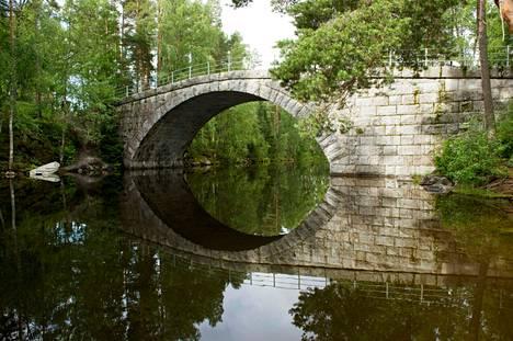 Teiskon nähtävyyksiin kuuluva Aunessilta kuvattiin heinäkuussa 2015 Moro-lehteen. Vuonna 1899 valmistuneen sillan kiviholvi on Suomen suurin.