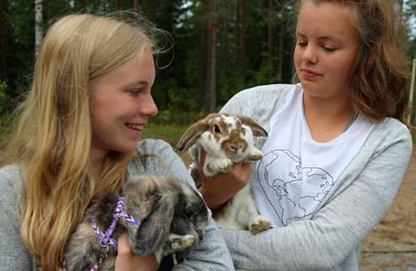 Janina Jokinen ja Tuksu sekä Julia Tuomisto ja Alexa kisasivat lemmikkikanien kilpailussa Keuruulla.