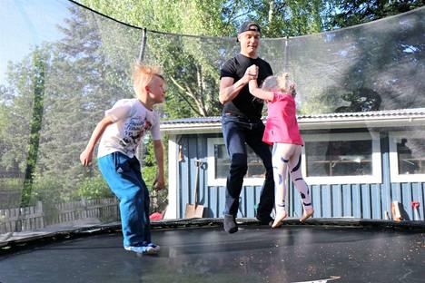 Niilo, Janne ja Lempi Savolainen harrastavat pilvien katselua trampoliinilla. Välillä pompitaankin.