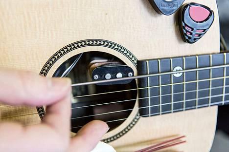 Kitarassa on kahden alimman kielen tilalla bassokieli, jolla on oma mikrofoninsa.
