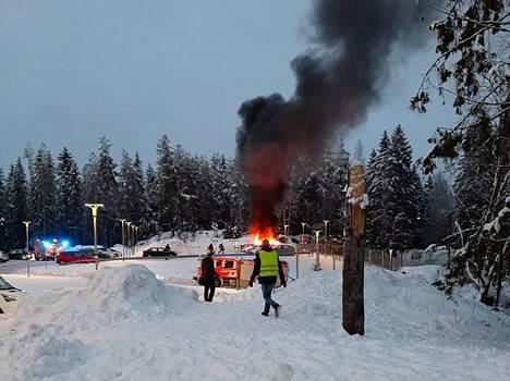 Tampereen Kohmankaaressa, koulun läheisellä parkkipaikalla paloi tiistaina henkilöauto.