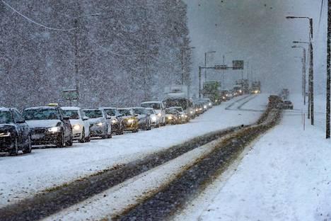 Liikenne jonoutui useamman kilometrin matkalta onnettomuuspaikan kohdalla keskiviikkona aamulla.