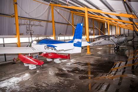Lentokentän konehalleissa on varastoituina joitakin koneita, mutta polttoainetta kentällä ei voi tankata, koska säiliöt on viety pois.