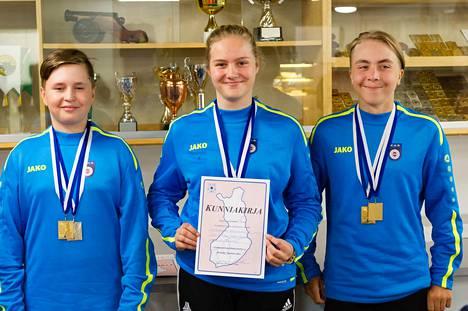 Kankaanpään Ampumaurheilijat ansaitsivat Rosenlewin, Elosen ja Kenolan yhteistuloksella vielä Y16-sarjan joukkuevoiton, jonka tulos 1183,9 ylsi sekin alue-ennätykseksi. Kuva Juha Laaksonen.