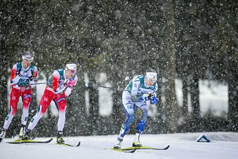 Sunnuntaina vesisade muuttui rännäksi hetki ennen naisten takaa-ajoa. Ruotsin Ebba Andersson (oik.) sekä norjalaiset Ingvild  Flugstad Östberg ja Heidi Weng taistelivat kakkos- ja kolmospaikasta. Lopulta ne menivät Norjaan.