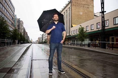 Liikenne- ja viestintäministeri Timo Harakka (sd.) vieraili Tampereella sunnuntaina. Aamulehti kuvasi hänet Hämeenkadun ratikkaraiteilla sadekuuron aikaan. –Olen oikea pahanilmanlintu, hän vitsaili.