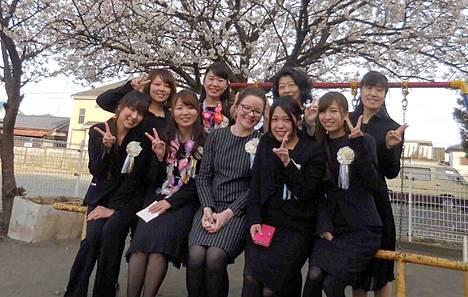 Lähetystyössä Japanissa ollut Mänttä-Vilppulan seurakunnan kanttori Hanna Penttinen on palannut takaisin Suomeen kuuden vuoden jälkeen. Kuvassa Penttinen on kevätlukukauden päättäjäisissä yhdessä Hamuran luterilaisen päiväkodin opettajien kanssa.