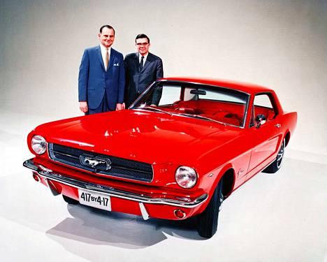 Fordin silloinen toimitusjohtaja Lee Iacocca (vas.) ja Ford Mustangin kehityksestä ja muotoilusta vastaava Don Frey poseeraavat 1960-luvun Ford Mustangin vieressä. Iacoccaa pidetään miehenä, joka toi Mustangin maailmalle.