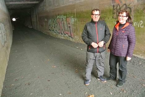 Kahvilan yrittäjät Kari Kaski ja Tarja Aho kiittelevät tunneliremonttia, sillä jäätä ei nyt löytynyt.