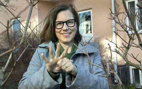 Tältä näyttää koronavirus viitottuna, Anitta Malmberg kertoo.